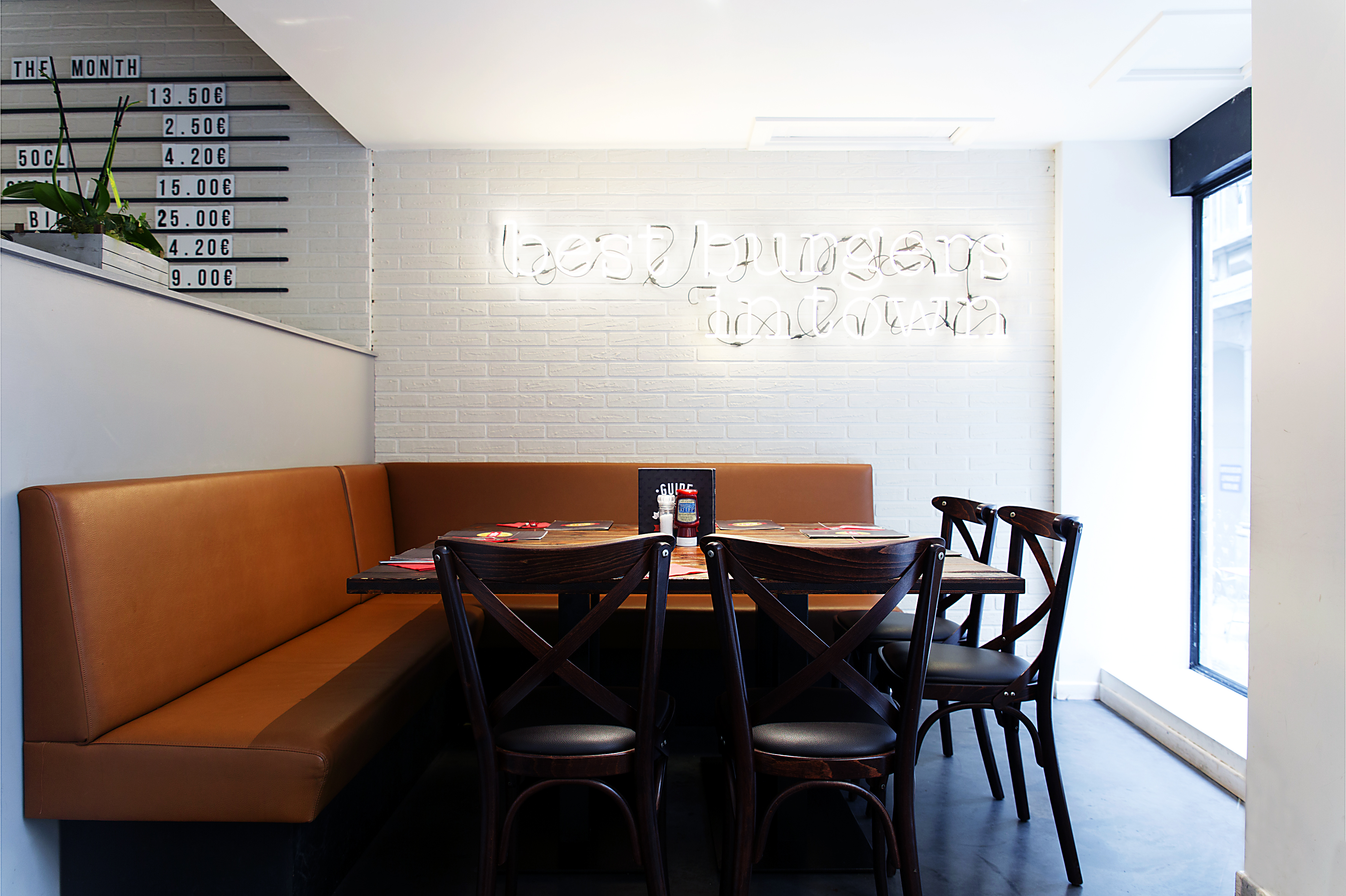 Architecte d'intérieur basé à Liège, spécialisé dans la conception et l'agencement de restaurants, magasins et autres espaces professionnels.